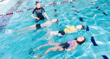Uimaopettaja opettaa lapsille kelluntaa