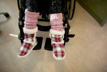 Pyörätuolissa istuvan henkilön jalat