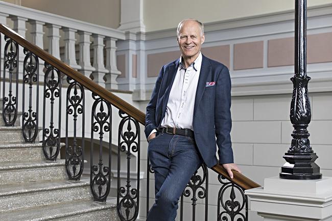 Esko Eriksson poseeraa kaupungintalon pääportaikossa