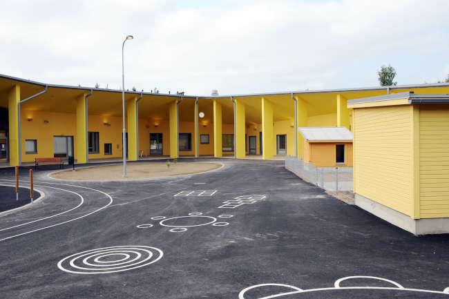 Huhtasuon päiväkodin pihan asfalttiin on maalattuna kuvioita leikkejä varten