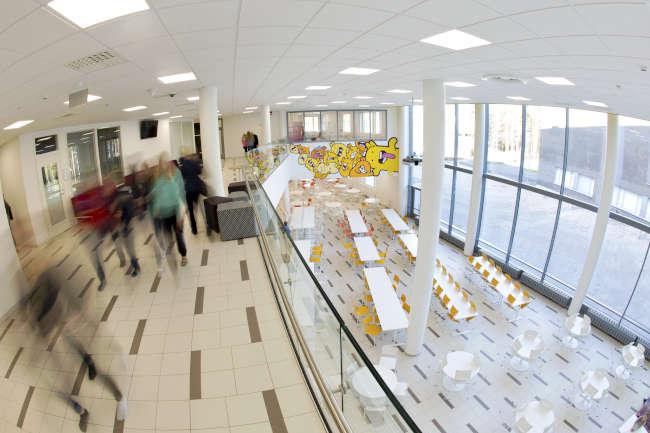 Huhtasuon yhtenäiskoulun ruokasaliin huima näkymä toisesta kerroksesta