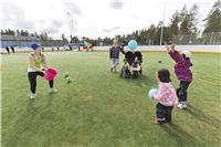 Lapsukaiset jumppaa nurmella