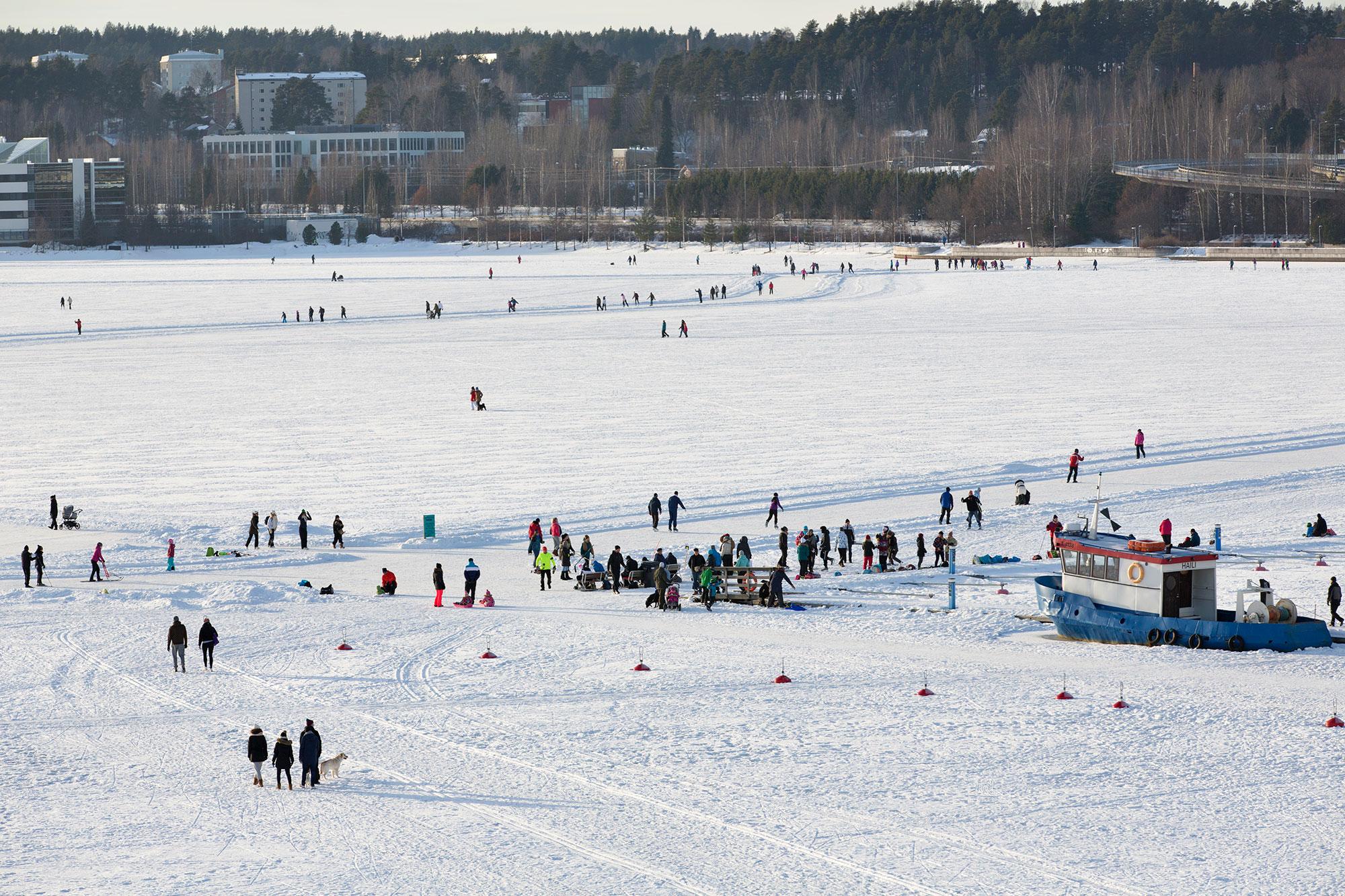 Ihmisi ulkoilemassa Jyväsjärven jäälllä