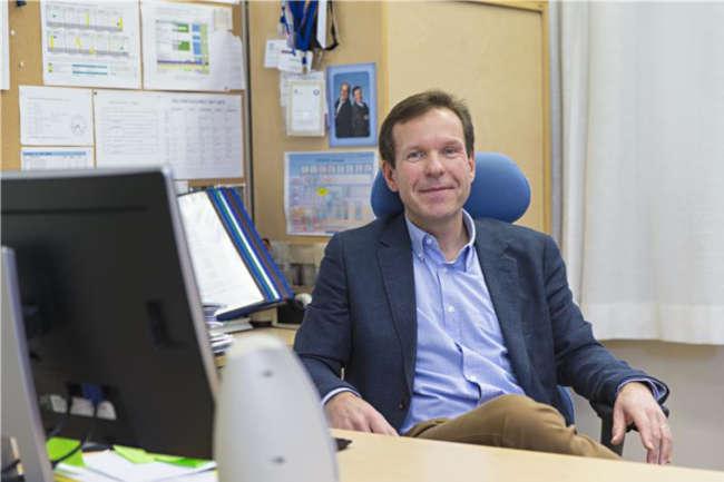 Apulaisrehtori Petri Palve työpöydän ääressä