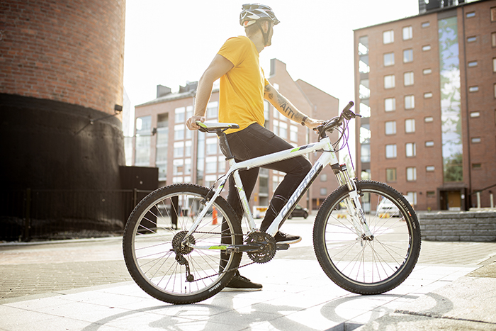 Pyöräilijä takaa päin Kankaalla