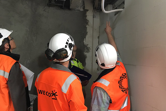 Swecon rakennusmiehet tutkivat vanhoja putkilinjoja työmaalla