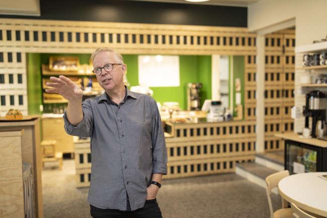 Harri Taskinen esittelee Säynätsalon kunnantalon kahvilatiloja