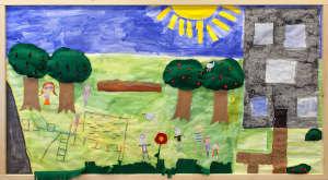 Huhtasuon 2B-luokan taideteos, missä iso aurinko, omenapuita ja leikkiviä lapsia
